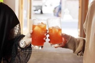 オレンジジュースを持っている女性の写真・画像素材[2507755]