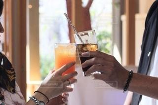乾杯をするカップルの写真・画像素材[2507768]