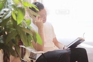 読書する男性の写真・画像素材[2507882]