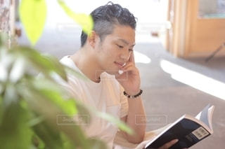 読書する男性の写真・画像素材[2507888]
