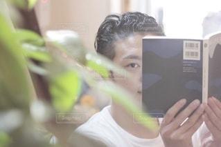 読書する男性の写真・画像素材[2507892]