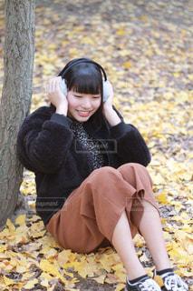 地面に座っている少女の写真・画像素材[2925327]