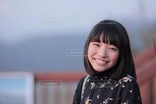 笑ってカメラを見ている少女の写真・画像素材[2925347]