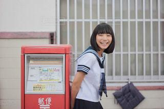 ポストの横に立つ女子中学生の写真・画像素材[2925381]