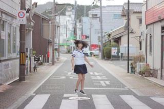 商店街を歩く女子中学生の写真・画像素材[2925427]