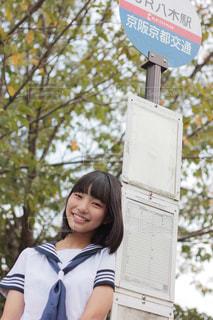 バスを待つ女子中学生の写真・画像素材[2925442]