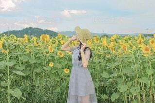 花を持つ手の写真・画像素材[4692573]