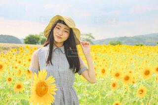 ひまわり畑と少女の写真・画像素材[4693521]