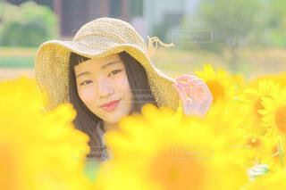 ひまわりと少女の写真・画像素材[4693542]