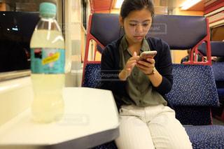 ラップトップを使用してテーブルに座っている人の写真・画像素材[1070092]