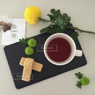 テーブルの上に食べ物の種類トッピング白プレートの写真・画像素材[1070646]