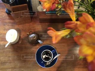 木製のテーブルに座る人の写真・画像素材[1070663]