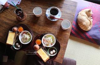 木製テーブルの上のコーヒー カップの写真・画像素材[1075429]