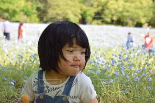 草の中に立っている小さな女の子の写真・画像素材[1175896]