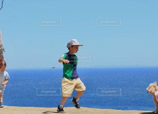 犬を追いかける少年の写真・画像素材[1170649]