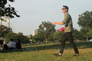 草の覆われてフィールド上に立っている人の写真・画像素材[1170814]