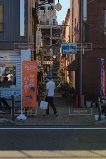 街の通りを歩いている人のグループ - No.1198250