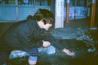 水に横たわる人 - No.1198290