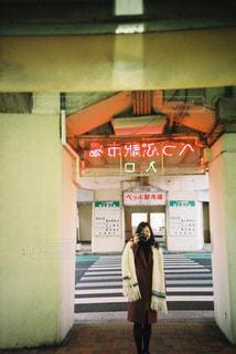 建物の前に立っている人の写真・画像素材[1198291]