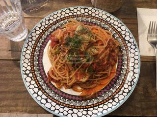 テーブルの上に食べ物のプレート - No.1201737