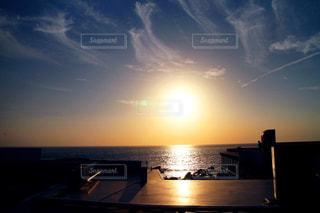 水の体に沈む夕日の写真・画像素材[1201764]
