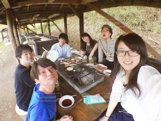テーブルに座っている人々 のグループの写真・画像素材[1208073]