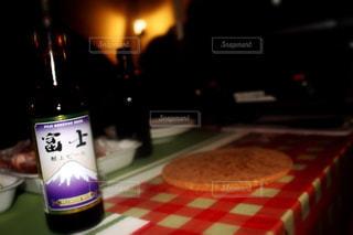 テーブルの上のビールのグラス - No.1208084