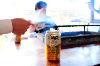 テーブルの上のビールのグラス - No.1208100