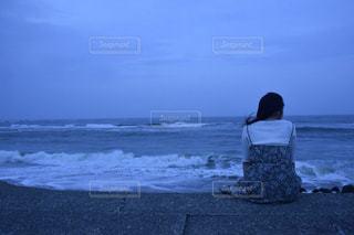 ビーチに座っている人の写真・画像素材[1221977]