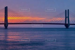 水の体の上の橋の写真・画像素材[1221984]