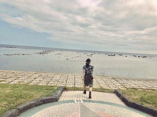 ビーチの上を歩く人々 のグループの写真・画像素材[1257244]