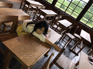 木製のテーブルに座る人の写真・画像素材[1257255]