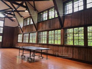 木製の床、大きな窓付きの部屋の写真・画像素材[1257257]