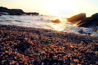 海の横にある岩のビーチの写真・画像素材[1257260]