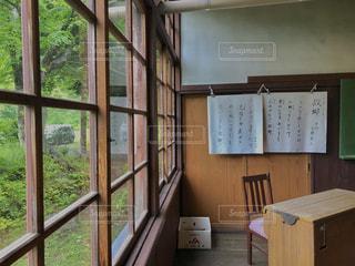 大きな窓付きの部屋の写真・画像素材[1257303]