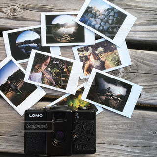 テーブルの上のチラシのスタックの写真・画像素材[1257318]