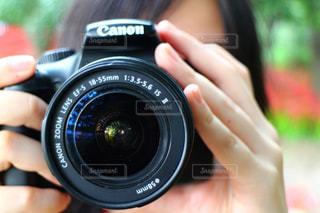 カメラを持っている手の写真・画像素材[1262453]
