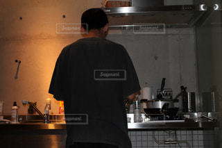 食品を準備する台所に立っている男の写真・画像素材[1263310]