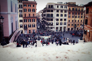雪の中歩く人々 のグループの写真・画像素材[1264420]