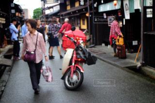 通りを歩く人々 のグループの写真・画像素材[1264429]