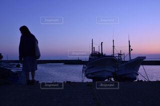 船と女性の写真・画像素材[1272603]