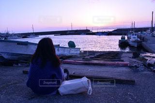 水の体の横にドックに座っているボートの写真・画像素材[1272604]