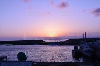 水の体に沈む夕日の写真・画像素材[1272612]
