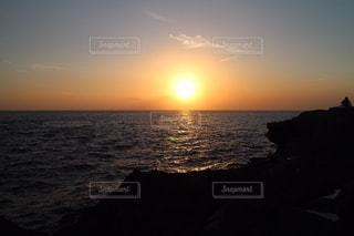 水の体に沈む夕日の写真・画像素材[1272628]