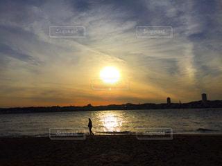 水の体に沈む夕日の写真・画像素材[1272650]