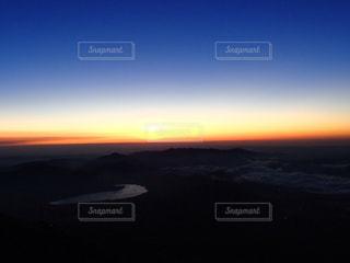 水の体に沈む夕日の写真・画像素材[1272652]