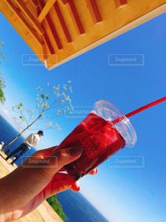 青い傘を持つ手の写真・画像素材[1312670]