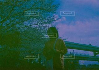 グリーン フィールドの前に立っている男の写真・画像素材[1312695]