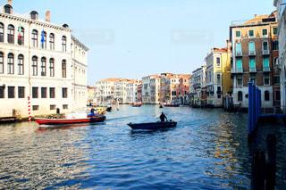 水の体の横にボートをドッキングします。の写真・画像素材[1312732]