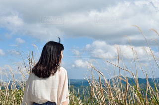 フィールドに立っている人の写真・画像素材[1312736]